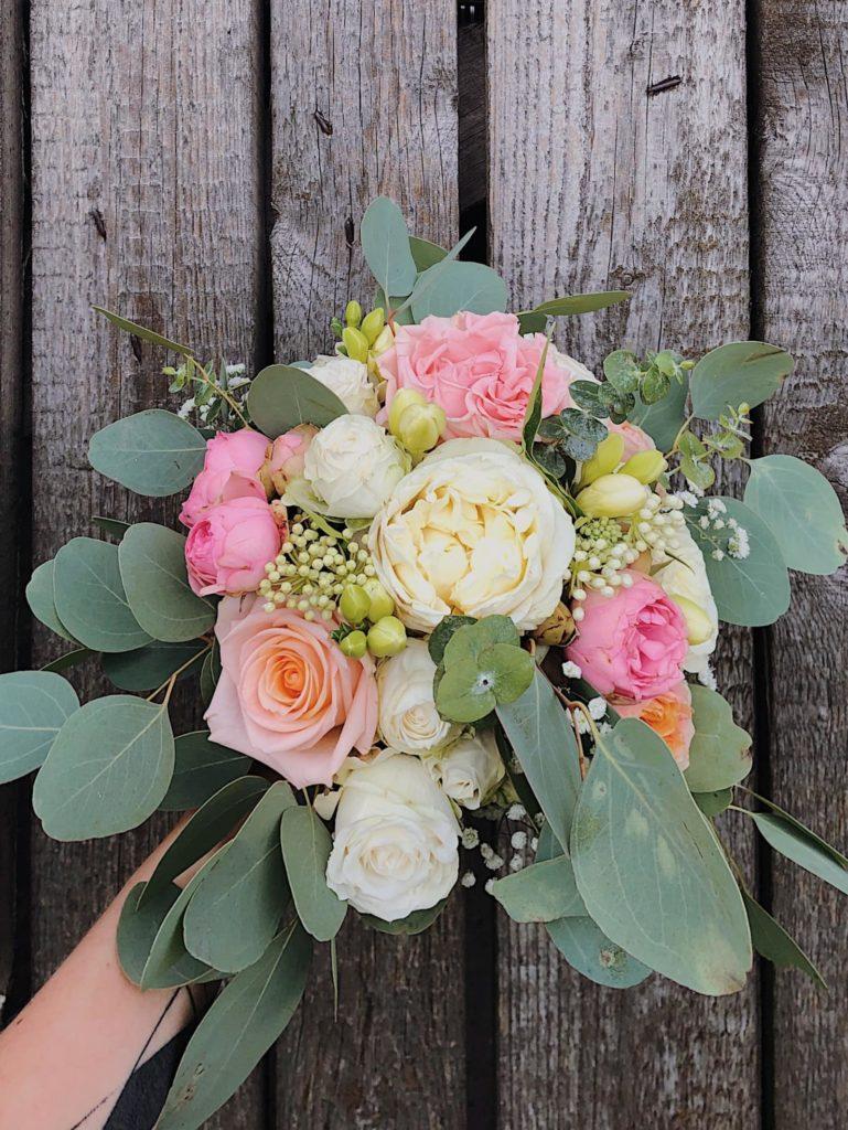 bukiet-slubny-roza-angielska-eukaliptus-kwiaciarnia-badylarz
