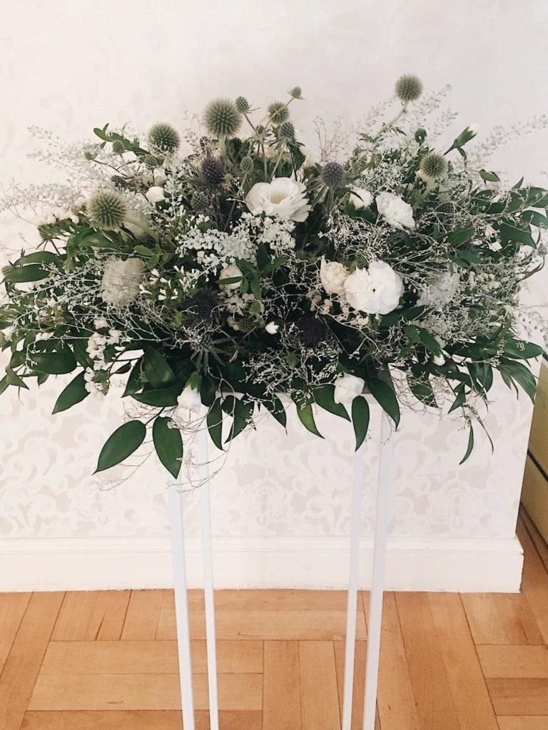 kompozycja-slubna-kwiaty-na-stojaku-kwiaciarnia-badylarz