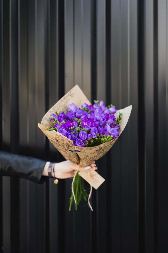 bukiet-fioletowe-frezje-kwiaciarnia-badylarz