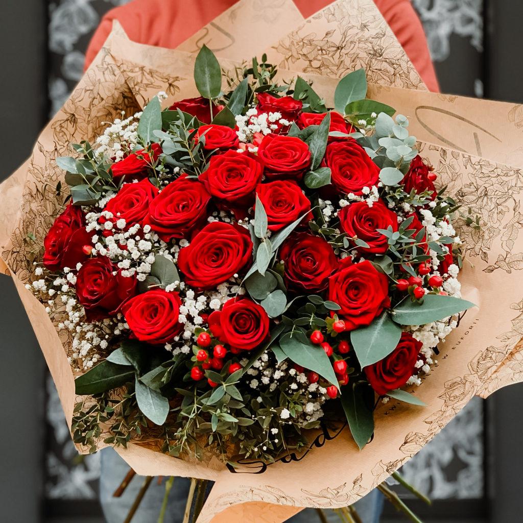 bukiet-z-czerownymi-rozami-i-gipsowka-kwiaciarnia-badylarz